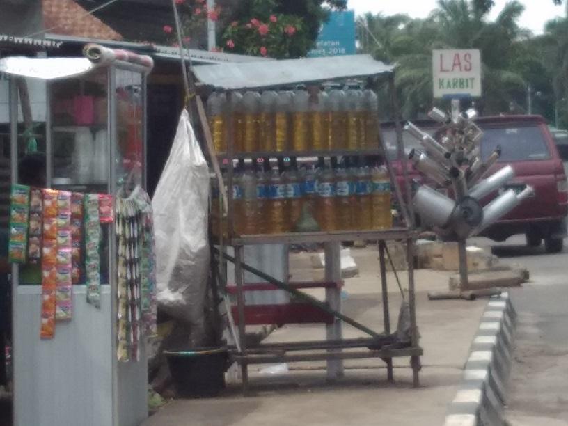 Pedagang bensin eceran di jalan Radial Palembang