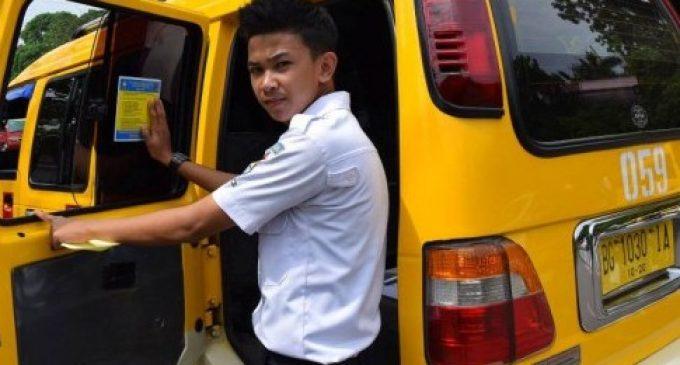 Dishub Mulai Tempel Stiker Tarif Angkutan Baru Pasca Penurunan Harga BBM