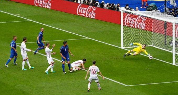 Italia Paksa Spanyol Angkat Koper