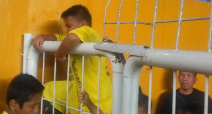 Akses Ditutup, Anak-Anak Pendamping Pemain Harus Rela Panjat Pagar Pembatas