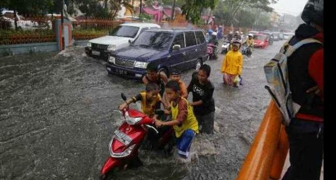 Kolam Rentensi Meluap, Banjir Potret Musiman