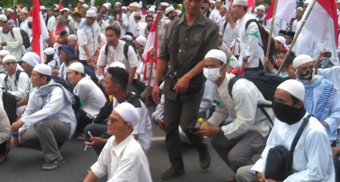 Pendemo Peragakan Jalan Jongkok Sindir Proses Penegakan Hukum Ahok
