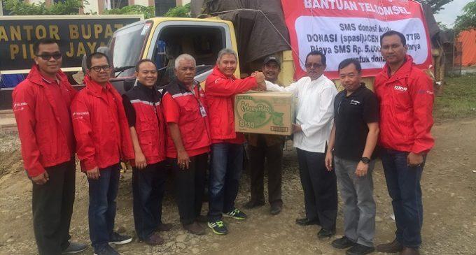 Telkomsel Serahkan Bantuan Korban Bencana Gempa Pidie