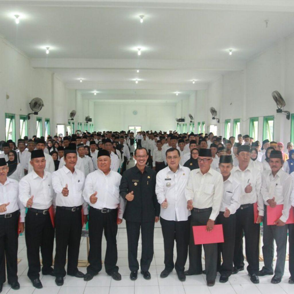Walikota Palembang H. Harnojoyo Berfoto bersama seluruh ketua Rt di wilayah Kecamatan Ilir Timur I