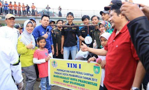 Peringati Hari Sampah Nasional, Ridho Pungut Sampah Bareng Masyarakat