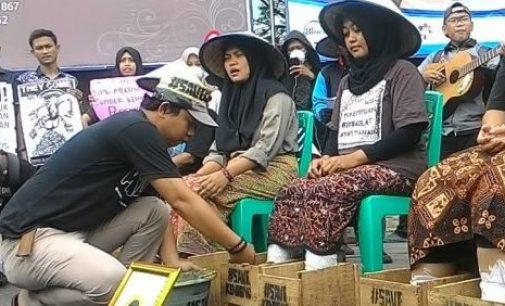 Aktivis Palembang Peduli Kendeng Cor Kaki di Simpang Lima