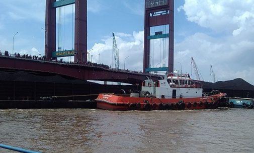 Mesin Tugboat Mati Penyebab Tongkang Tabrak Tiang Ampera
