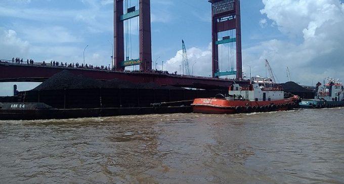 Tongkang Bermuatan Ratusan Ton Batubara Tabrak Tiang Jembatan Ampera