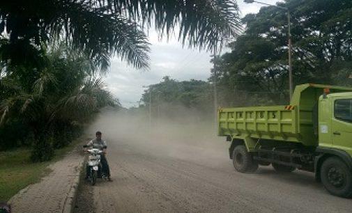 Debu Tebal Resahkan Warga Karan Tina dan Pengguna Jalan Tanjung Enim