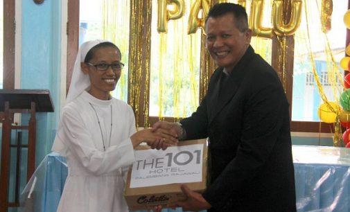 Berbagi Kasih Menyambut Natal,  THE 1O1 Palembang Rajawali Bagikan Sembako ke Panti Jompo