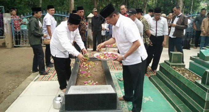 Jelang Pilkada, Cabub Dan Cawabub NATHA Berziarah ke Makam Mantan Bupati