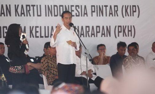 Jokowi Serahkan 1.700 KIP Dan 1.000 PKH di Palembang