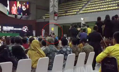 Mahasiswa UI Acungkan 'Kartu Kuning' ke Jokowi