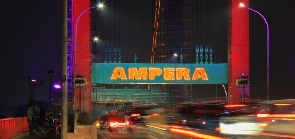 Plat Jembatan Ampera Yang Retak Akibat Kebakaran Tahun 2010 Kini Diperbaiki