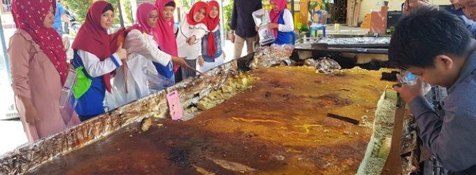 Pempek Lenggang Raksasa Buatan Alumni SMPN 15 Palembang Pecahkan Rekor Muri
