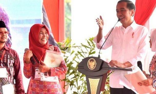 Presiden Jokowi Serahkan Sertifikat Untuk Rakyat Dan Tanah Wakaf di Sumsel