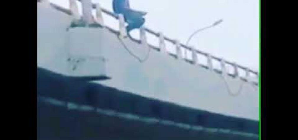 Pria Diduga Stress Ingin Lompat Dari Jembatan Fly Over Simpang Polda