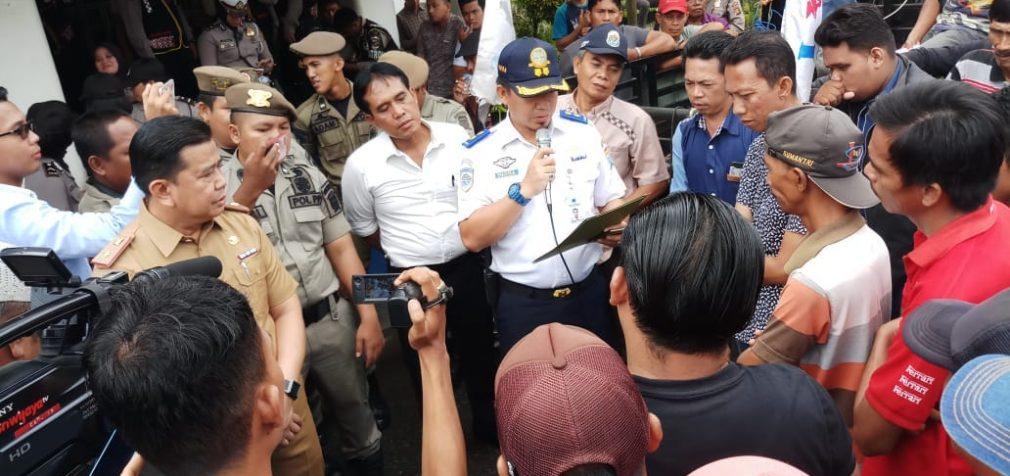 Puluhan Sopir Angkot Way Hitam – Talang Betutu Demo Ulah Sopir Angkot Trayek KM 5