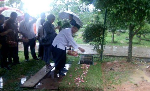 Peringati HUT Ke 62, Direktur RSMH Palembang Ziarah Dan Tabur Bunga ke Makam Dr. Mohammad Hoesin