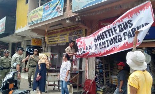 Pol PP Turunkan Spanduk Penolakan Parkir di Jalan Sudirman