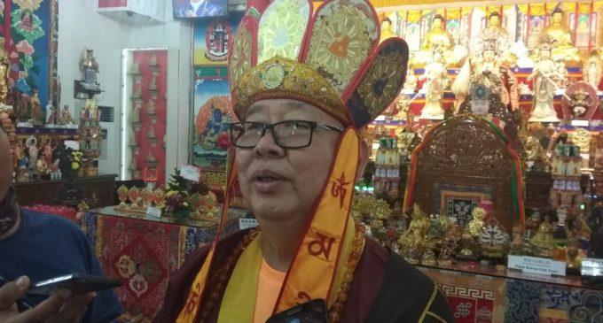Ratusan Warga Tionghoa Berdoa di Vihara Vajra Bhumi Sriwijaya