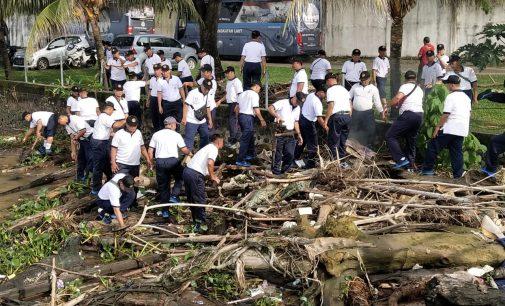 Didominasi Kayu dan Enceng Gondok, Lanal Palembang Angkut 16 Ton Sampah