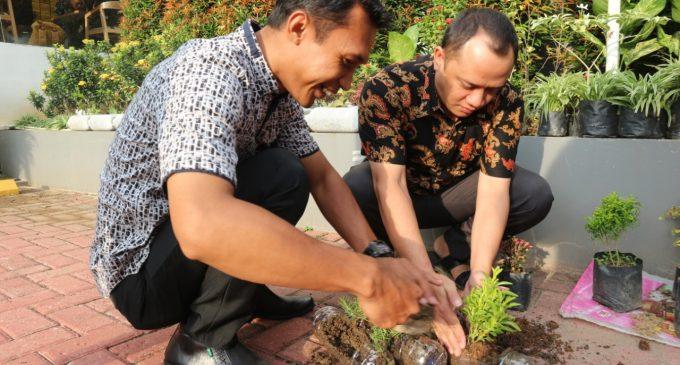 Hotel The 1O1 Palembang Tanam Tanaman Hias Dengan Botol Plastik Bekas