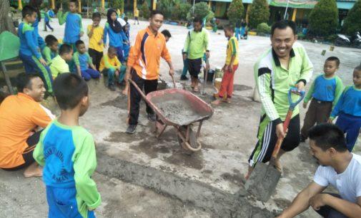 Cegah Banjir, Guru dan Siswa MIN 3 Muara Enim Kompak Gotong Royong Buat Pelintang Jalan