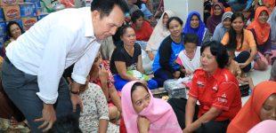 Wako Prabumulih Serahkan Bantuan Korban Banjir Bandang di Desa Gunung Kembang Lahat