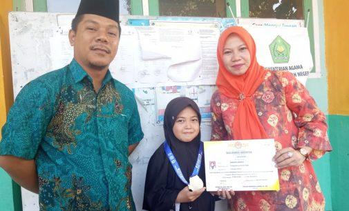 Siswi MIN 3 Muara Enim Serahkan Medali dan Piagam Penghargaan Kepada Kepala Madrasah