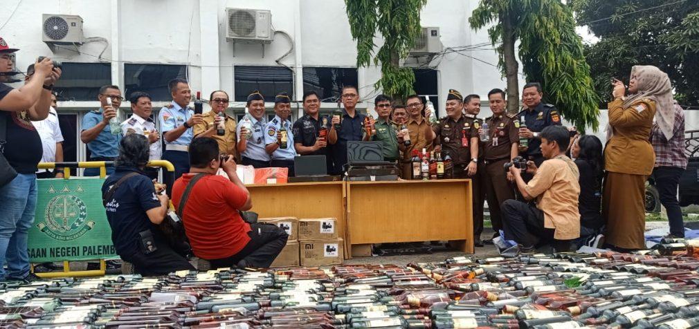 Ribuan Miras, Laptop dan Handphone Ilegal Dimusnahkan