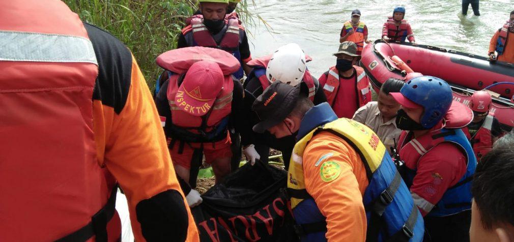 Gunakan APD Lengkap Basarnas Evakuasi Irham