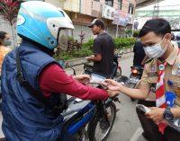 Cegah Penyebaran Covid 19, Pramuka UIN Raden Fatah Bantu Kwatir Cabang Palembang Bagi – Bagi Masker