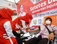 Feby Deru Jemput Bola ke UPTB Samsat Cukupi Stok Darah PMI