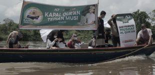 Warga Tepian Sungai Musi Sambut Bahagia Kapal Pangan dan Mushaf Qur'an dari  ACT Sumsel